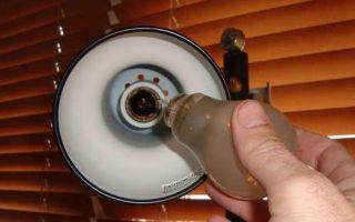Как достать цоколь лампы из патрона?