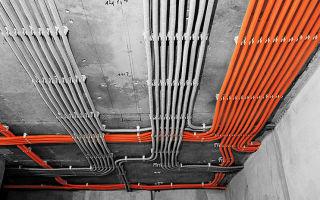 Можно ли прокладывать электропроводку по потолку открытым способом?