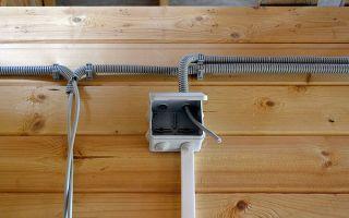 Какие материалы выбрать для монтажа проводки в деревянном доме?