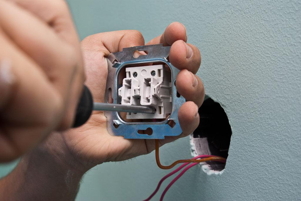 Почему при выключении клавиши кухня на двухклавишном выключателе гаснет свет в туалете