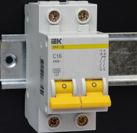 Автоматический выключатель включен, но света нет – что делать?